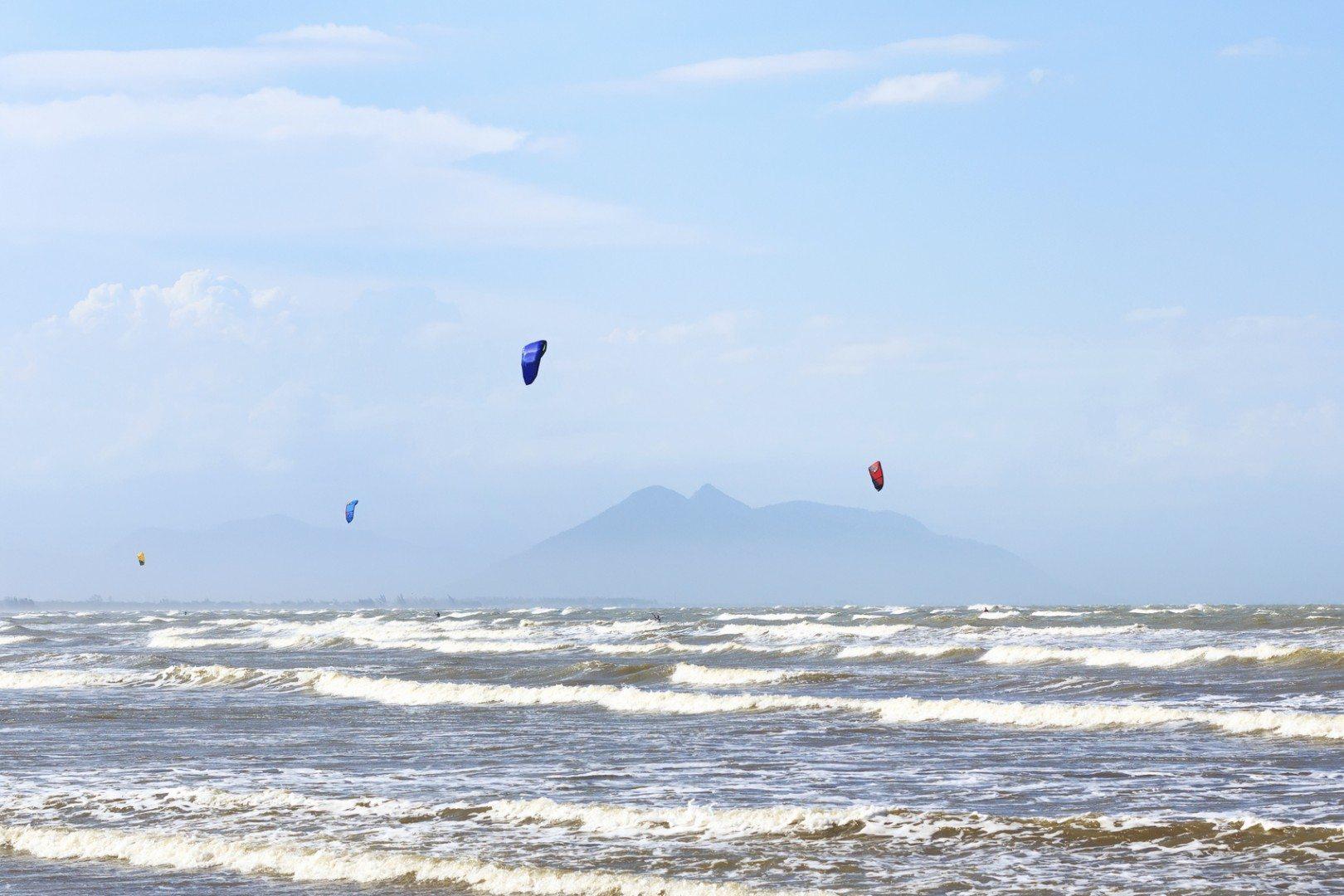 Kitesurfing-on-beach-Rasa-in-Armacao-dos-Buzios-Brazil-000053055170_Medium